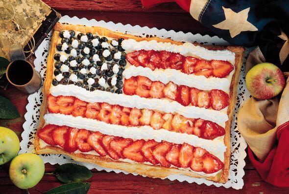 Prepara un rico pastel con forma rectangular y decóralo con motivos naci...