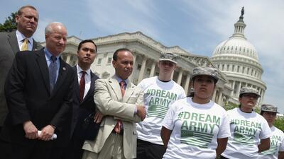 Los congresistas Jeff Denham de California, Mike Coffman de Colorado, Jo...
