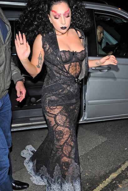 No es raro que Gaga ande por la vida con atuendos raros, pero esta ocasi...