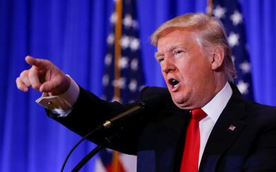 Trump señala a periodistas para escoger las preguntas a responder...