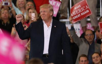 Trump en Melbourne, Florida, en su primer rally como presidente el 17 de...