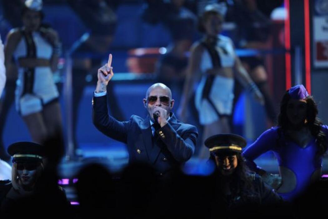 Pitbull cantó con mucho sabor, mientras Chris Brown se entregaba al públ...