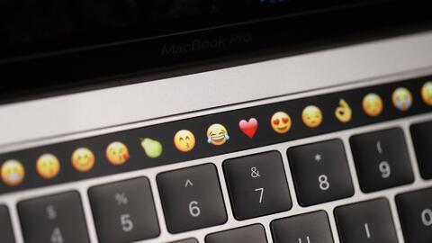 Sale al mercado la nueva MacBook Pro con una barra de control táctil y l...