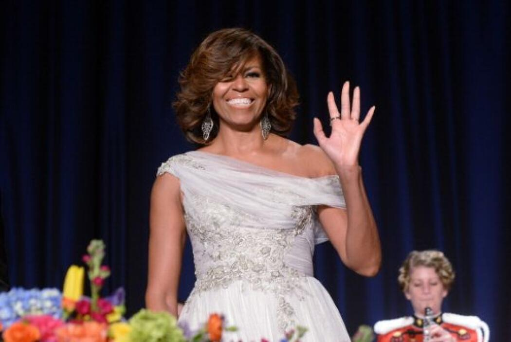Se trata de un espectacular vestido gris perla con flores plateadas y un...