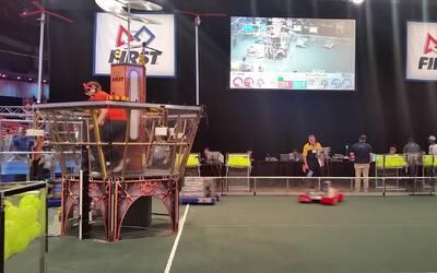 Mira en acción a los robos de la competencia de robótica regional del me...