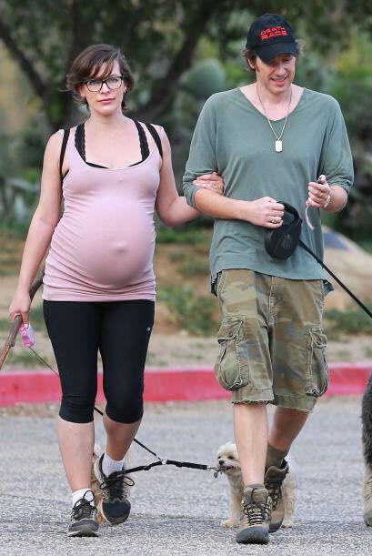 Jovovich llevó a caminar a sus tres perritos.