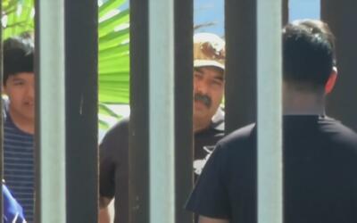 Familia mexicana separada por autoridades migratorias se reúne en la fro...