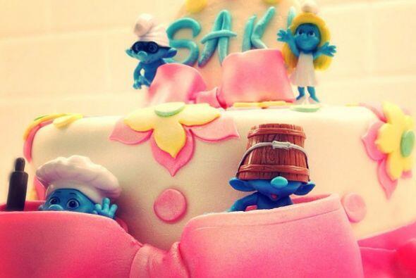 """¿Qué tal el lindo pastel? Está decorado con figurines de """"The Smurfs"""" y..."""