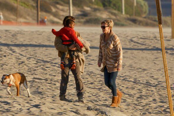 Sean llevó al nene en brazos. Más videos de Chismes aquí.
