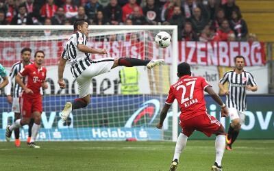Marco Fabián en acción ante el Bayern Múnich.