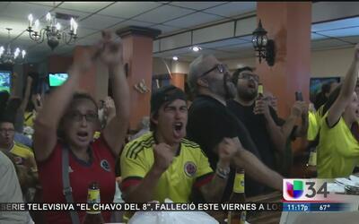 Colombianos celebran la victoria de su selección de fútbol