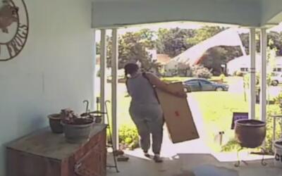Mujer roba un asador de barbacoa del frente de una vivienda en Fort Worth