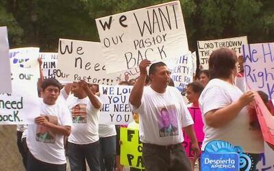 Un grupo marcha por la no deportación de su líder religioso
