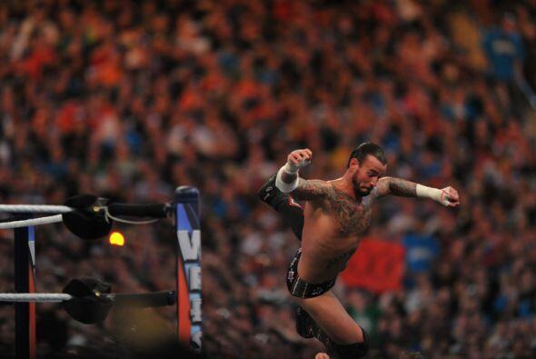 Adentro y afuera del ring se buscaron sin compasión. CM Punk trat...