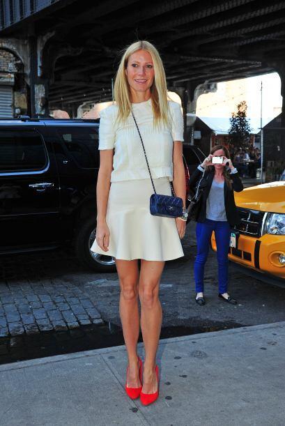 Gwyneth también usó un 'top' tejido del mismo tono y un poco más corto y...