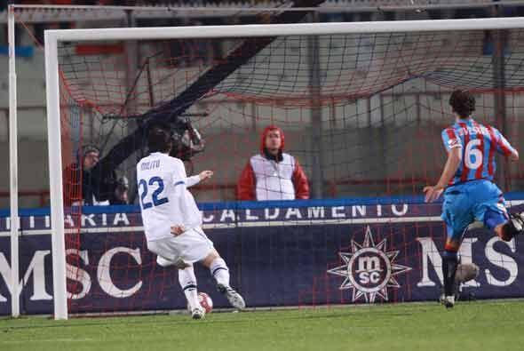 El Inter se adelantó al Catania con este gol de Diego Milito.