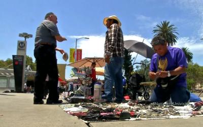Vendedores ambulantes en la calle Alvarado, frente al parque MacArthur.