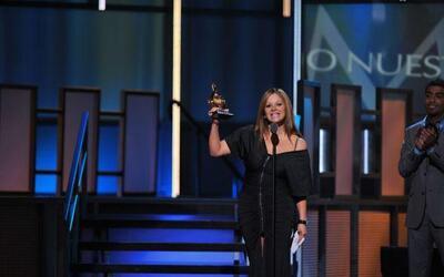 Luis Fonsi recibe 2 discos de oro Jenni Artista fem del año PLN.jpeg
