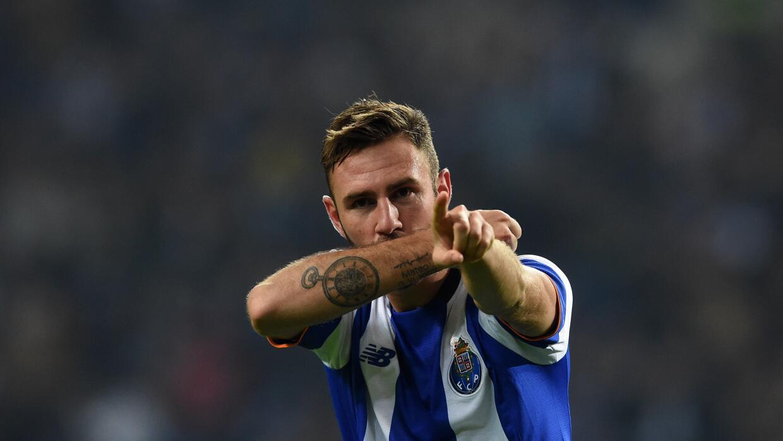 Miguel Layún festeja un gol con el Porto.
