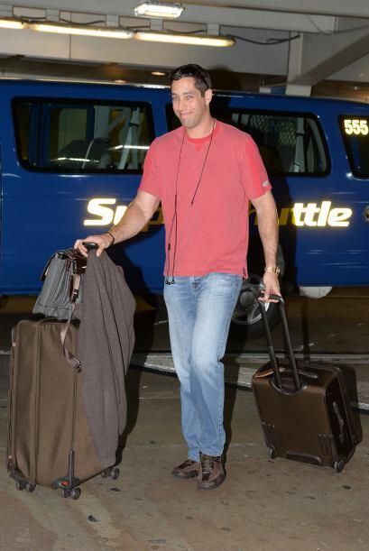 Tras de ella, corriendo con las maletas, estaba su prometido Nick Loeb....