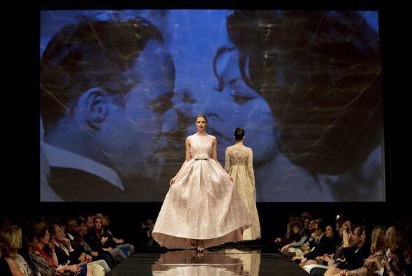 Dos modelos presentan creaciones del diseñador holandés Addy van den Kro...
