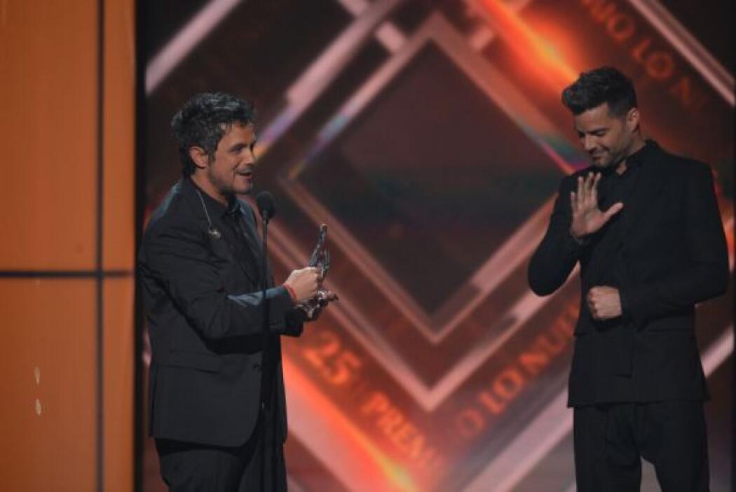 Una mirada, un gesto cómplice y Ricky agradeció la gentileza del cantaut...