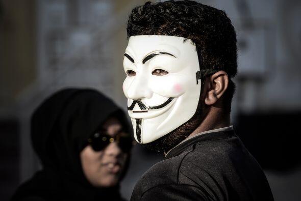 Un manifestante en Bahrain utiliza una máscara del movimiento Anonymous.