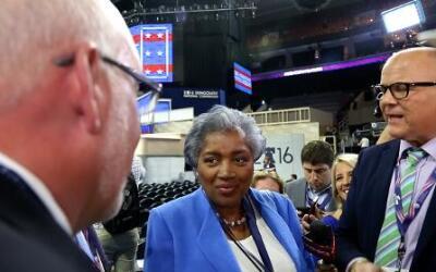 El ex jefe de campaña de Sanders, Jeff Weaver, izq., y Donna Brazile, ce...