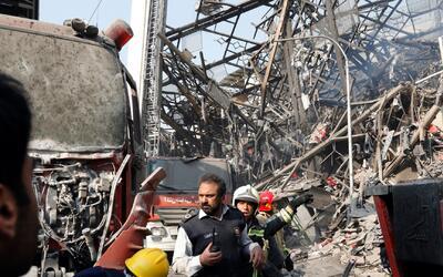 Edificio en llamas se convierte en trampa mortal para decenas de bombero...