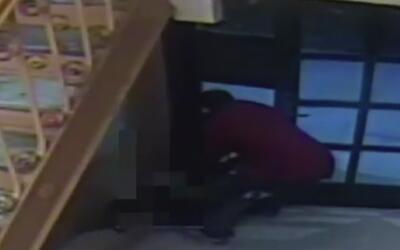 Hombre negro ataca a una mujer en la entrada de un edificio en Nueva York