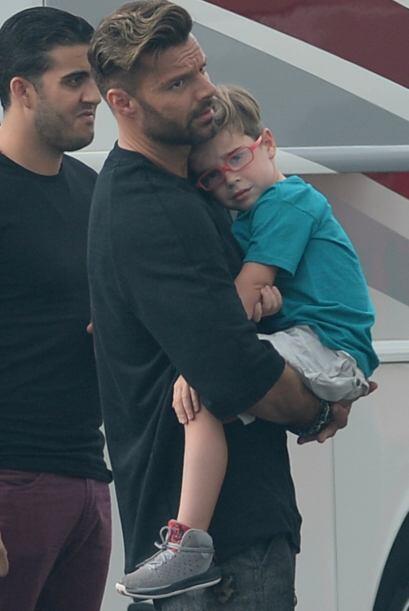 Ricky llegó en un descanso a cuidar de sus chicos. Más vid...