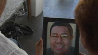 Familia Leon con la foto del fallecido Gilbert