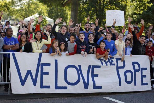 """""""Amamos al Papa"""" se lee en la pancarta que muestran varias personas en W..."""