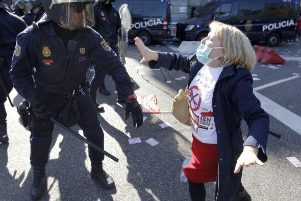 Según fuentes de la Policía española, al menos una persona fue detenida,...
