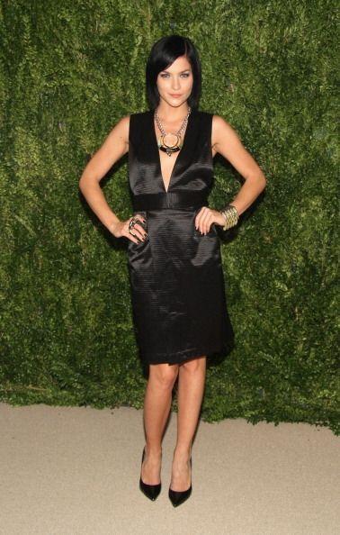La DJ Leigh Lezark se puso un vestido negro con profundo escote en uva p...