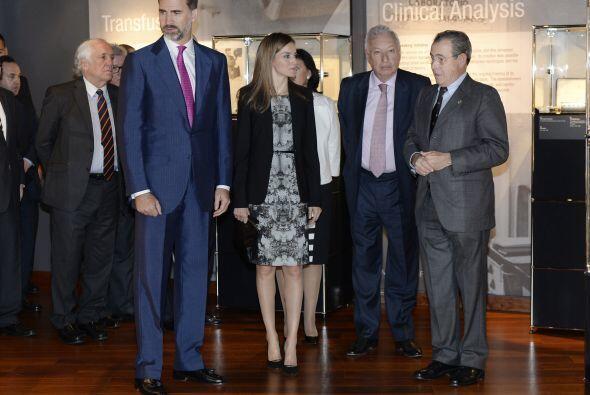 En el que lo acompañan su esposa Letizia y el ministro español de Asunto...