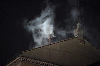 Sale humo blanco de la chimenea en el Vaticano
