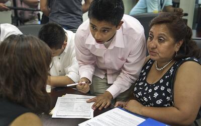 Un grupo de dreamers llena solicitudes de DACA en Los Angeles, California.
