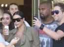 Kim y Kanye fueron rodeados por fans al salir del cine.