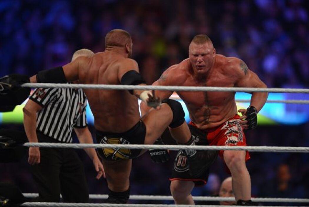 Con mucha pelea fuera del ring, ambos luchadores se golpearon con todo l...