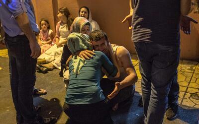 Familiares esperan con dolor las noticias a las afueras del hospital de...