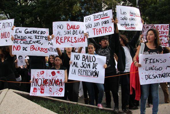 Por medio de pancartas y mantas exigían  al gobierno mexicano parar la r...