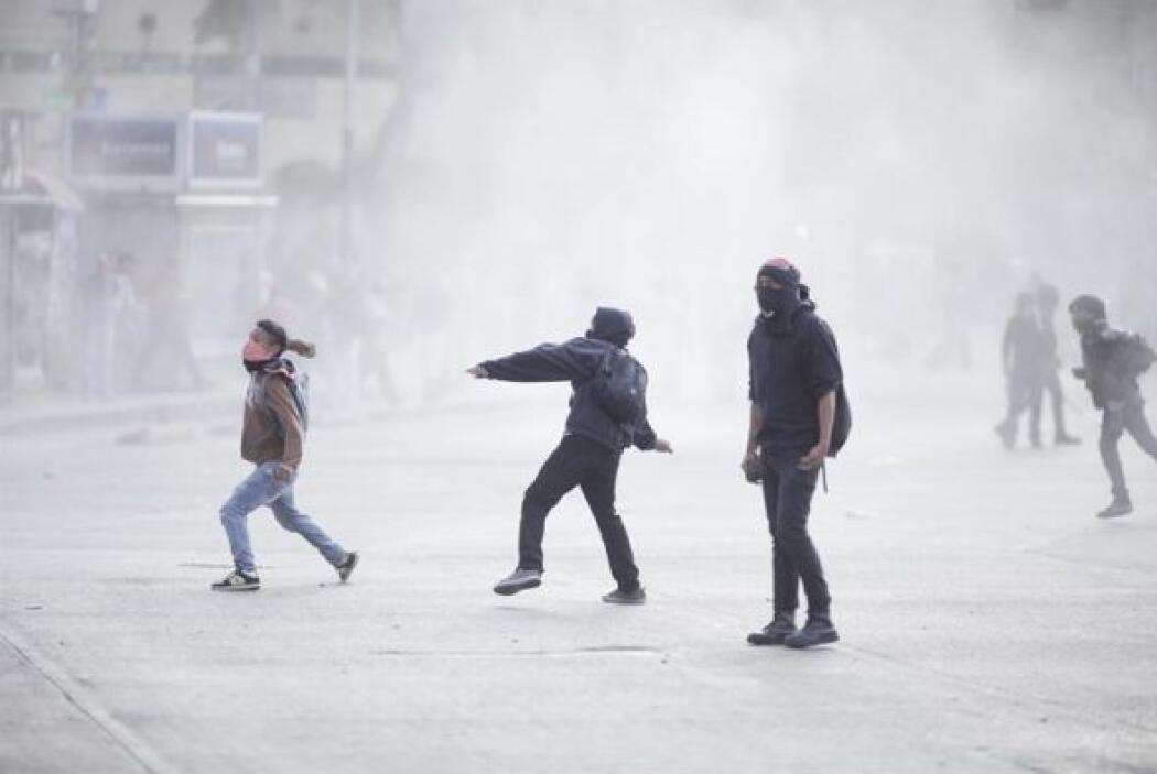 Los autonombrados anarquistas empezaron a lanzar objetos a un grupo de g...