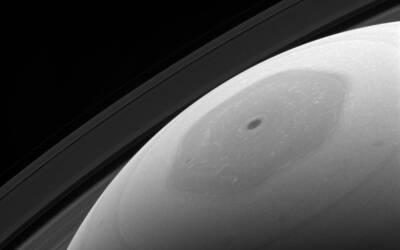 Una imagen del polo norte de Saturno como nunca antes se había re...
