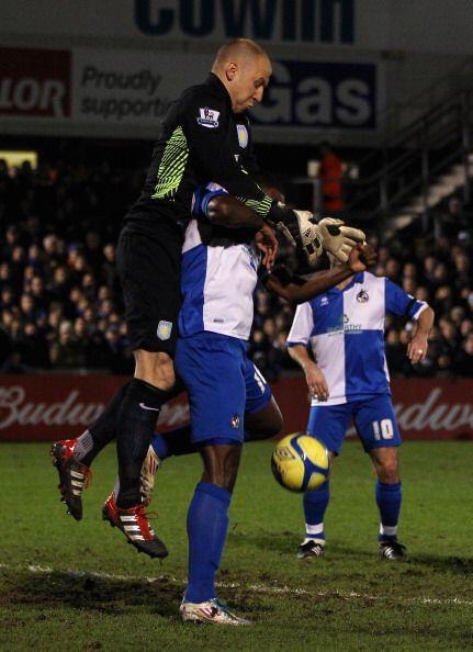 El estadounidense del Aston Villa Brad Guzan se equivoca de pelota y atr...