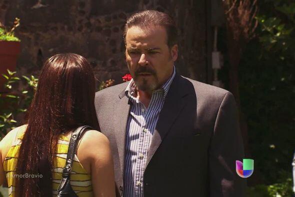 Dionisio ve a su hija y le pregunta cuánto tiempo lleva ahí.