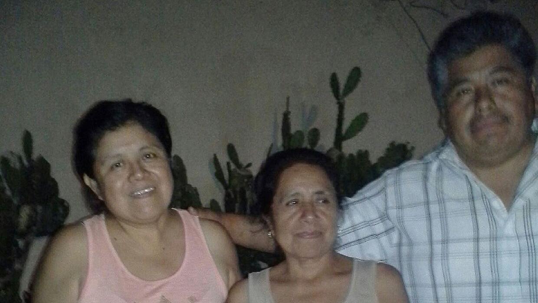 Carmelita Gutiérrez (izquierda) junto a su esposo Fernando. Al centro do...
