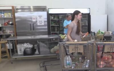 Voluntarios de los bancos de alimentos trabajan arduamente para ayudar a...