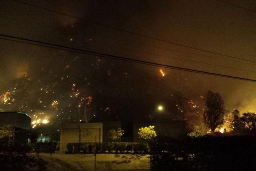 Fotos exclusivas de la cobertura nocturna del incendio en las colinas de...