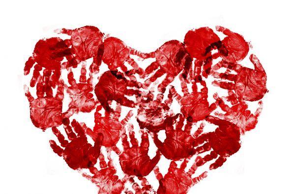 Huellas de manos con forma de corazón. Solo necesitas pintura y p...
